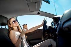 Mujer que conduce su coche Fotos de archivo