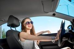 Mujer que conduce su coche Fotografía de archivo