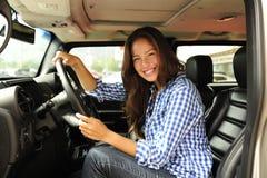 Mujer que conduce su nuevo carro a prueba de balas Imagen de archivo libre de regalías