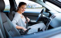 Mujer que conduce su nuevo coche fotos de archivo libres de regalías