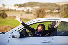 Mujer que conduce su nuevo coche Foto de archivo libre de regalías