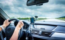 Mujer que conduce un coche Fotos de archivo
