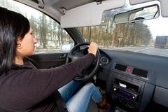 Mujer que conduce un coche Imagenes de archivo