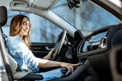Mujer que conduce un coche fotografía de archivo