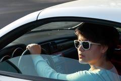Mujer que conduce un coche de deportes Fotos de archivo libres de regalías