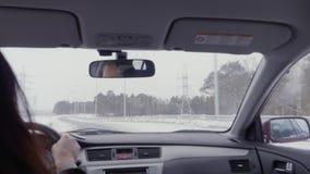 Mujer que conduce un coche en una carretera almacen de video