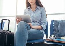 Mujer que conecta en la sala de espera Fotografía de archivo libre de regalías