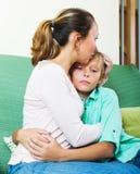 Mujer que conforta al adolescente gritador Fotografía de archivo libre de regalías