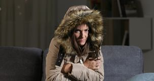 Mujer que congela mirando la cámara en un invierno frío almacen de metraje de vídeo