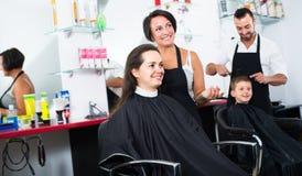 Mujer que consigue corte de pelo Imágenes de archivo libres de regalías