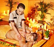 Mujer que consigue el masaje de bambú. Fotos de archivo