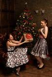 Mujer que consigue el regalo Mujer hermosa joven sorprendida y feliz a Foto de archivo