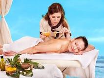 Mujer que consigue el tratamiento del balneario al aire libre. imagenes de archivo