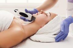 Mujer que consigue el tratamiento facial en el salón de belleza foto de archivo libre de regalías