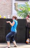 Mujer que consigue en el baile delante de altavoces en el partido de Jimmy Buffet del pre-concierto en el distrito del poder y de imagenes de archivo