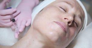 Mujer que consigue la inyección cosmética del botox en cuello almacen de video