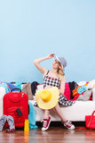Mujer que consigue lista para el viaje Imágenes de archivo libres de regalías