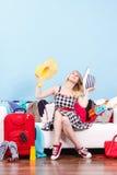 Mujer que consigue lista para el viaje Imagenes de archivo