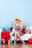 Mujer que consigue lista para el viaje Fotos de archivo libres de regalías