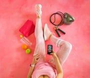 Mujer que consigue lista para volver en forma en Año Nuevo imagen de archivo
