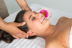 Mujer que consigue masaje fotografía de archivo