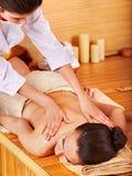 Mujer que consigue masaje. Fotos de archivo