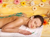 Mujer que consigue masaje. imagen de archivo