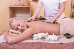 Mujer que consigue masaje de las piedras imágenes de archivo libres de regalías