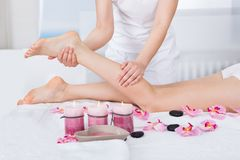 Mujer que consigue masaje de los pies Imagenes de archivo