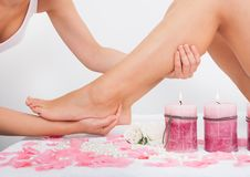 Mujer que consigue masaje de los pies Fotos de archivo libres de regalías