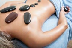 Mujer que consigue masaje del balneario imagen de archivo