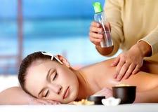 Mujer que consigue masaje en salón del balneario Imagen de archivo