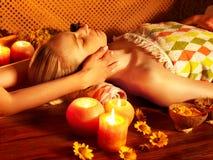 Mujer que consigue masaje facial. Foto de archivo