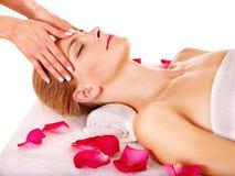 Mujer que consigue masaje facial. Imágenes de archivo libres de regalías