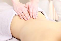 Mujer que consigue un masaje Imágenes de archivo libres de regalías
