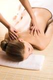 Mujer que consigue un masaje Imagenes de archivo