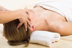 Mujer que consigue un masaje Foto de archivo