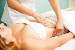 Mujer que consigue un masaje linfático Imagen de archivo libre de regalías