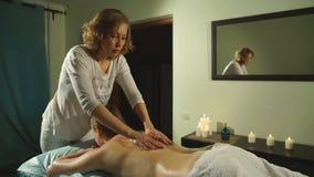 Mujer que consigue un masaje trasero con aceite almacen de video