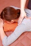 Mujer que consigue un massage  del hombro Fotografía de archivo libre de regalías