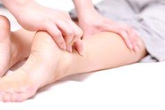 Mujer que consigue un massage  del pie Fotos de archivo