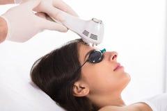Mujer que consigue un tratamiento de la piel del ultrasonido foto de archivo libre de regalías