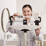 Mujer que controla el peso foto de archivo libre de regalías