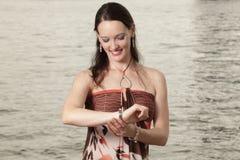 Mujer que controla el tiempo Foto de archivo libre de regalías