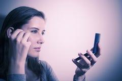 Mujer que controla maquillaje foto de archivo