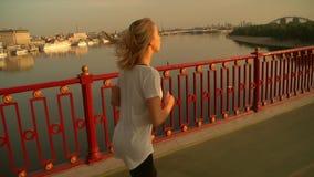 Mujer que corre contra paisaje de la ciudad almacen de metraje de vídeo