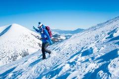 Mujer que corre de la montaña Foto de archivo