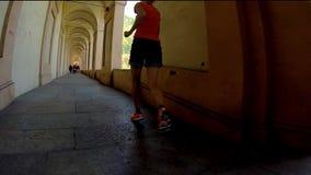 Mujer que corre debajo del pórtico almacen de video