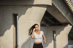 Mujer que corre debajo del puente Fotografía de archivo