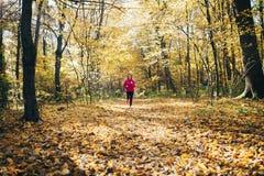 Mujer que corre durante parque de la mañana Foto de archivo